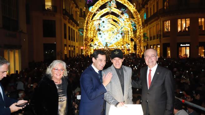 La concejala de Fiestas, Teresa Porras; el presidente de la Junta, Juanma Moreno, el actor Antonio Banderas y el alcalde de Málaga, Francisco de la Torre, inauguran el alumbrado de la Navidad