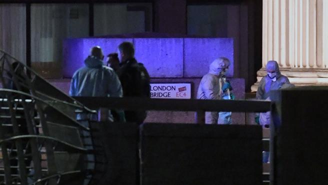 Los forenses examinan la escena del ataque terrorista en el puente de Londres.