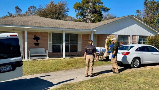 Personal de la oficina del sheriff examina la zona donde se produjo el deceso.