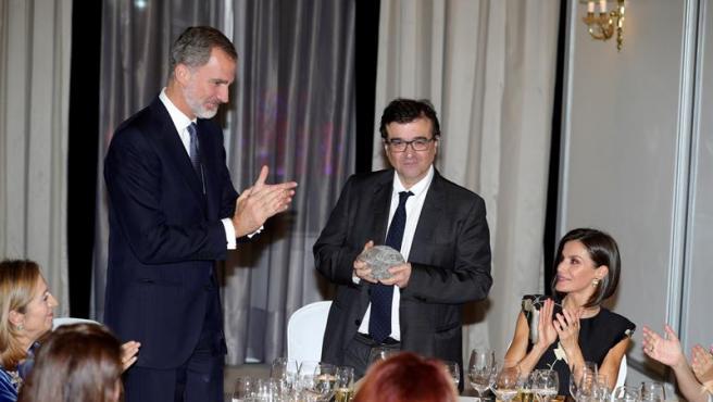 El rey Felipe VI y la reina Letizia, con Javier Cercas, durante la ceremonia de entrega del XXXVI Premio de Periodismo 'Francisco Cerecedo', concendido al periodista y escritor.