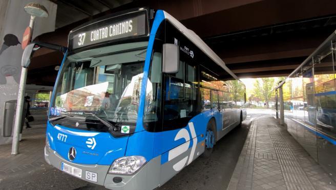 Un autobús de la EMT de la línea 37 de Cuatro Caminos durante su ruta por Madrid.
