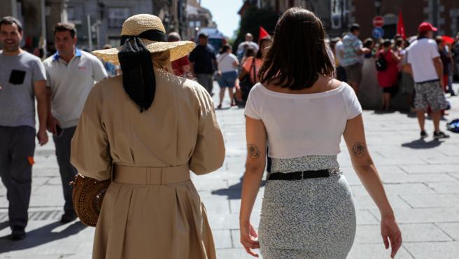 Varios turistas pasean por una de las calles cercanas a la Plaza Mayor de Madrid.