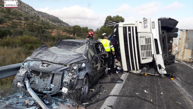 Accidente entre un coche y un camión en la AP-7