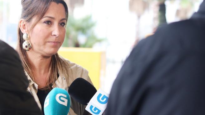 Beatriz Pino hablando con los medios de comunicación en A Cañiza.