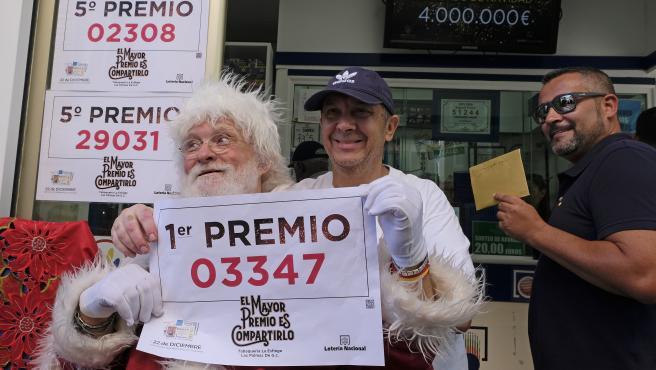 Celebración de un premio de Lotería en la administración de Loteria La Esfinge, situada en la calle Ripoche n1 de Las Palmas de Gran Canaria.