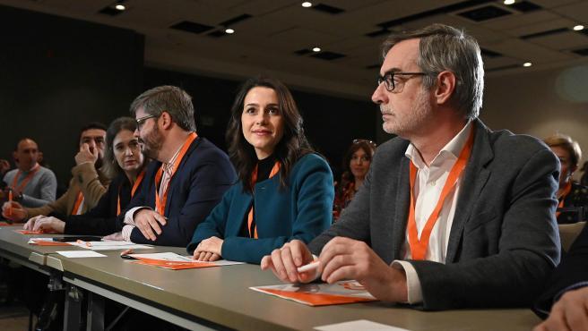 La portavoz de Ciudadanos en el Congreso, Inés Arrimadas, junto al secretario general, José Manuel Villegas (d), durante la reunión extraordinaria del Consejo General de Ciudadanos.