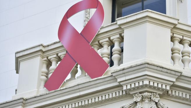 El Gobierno instala un lazo rojo de lucha contra el SIDA en el Palacio de Gobierno riojano