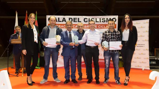 El ciclismo cántabro homenajea a Ángel Madrazo por su 'brillante' Vuelta España