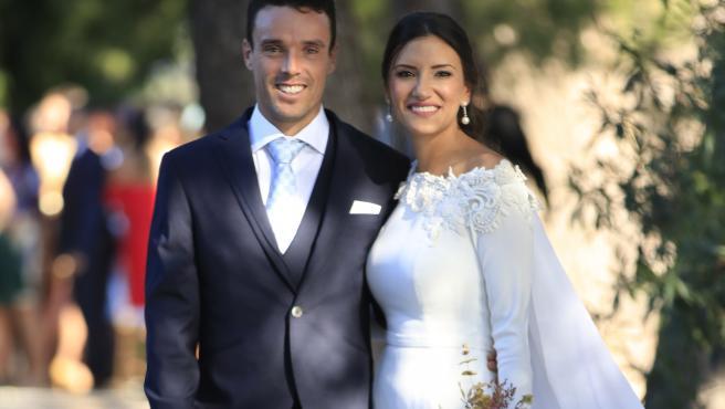 Roberto Bautista y Ana Bodi posan sonrientes tras contraer matrimonio.