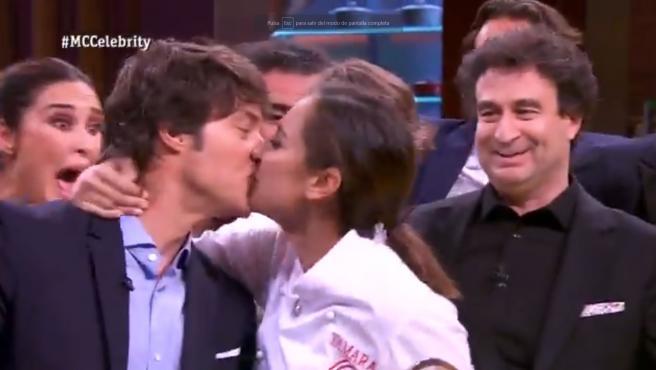 Tamara Falcó le da un beso a Jordi Cruz tras convertirse en ganadora de MasterChef Celebrity.