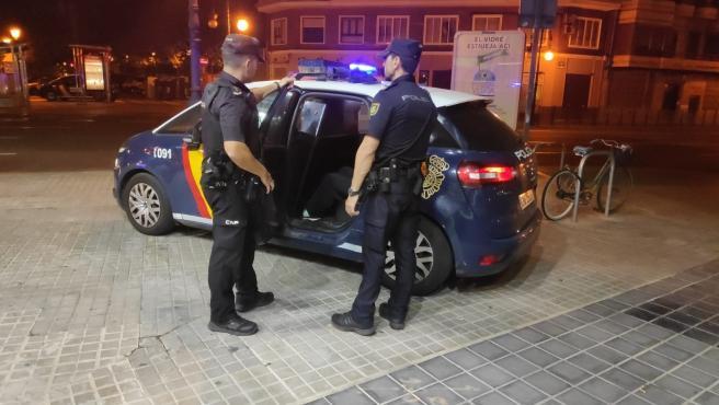 Dos agentes de Policía Nacional en València