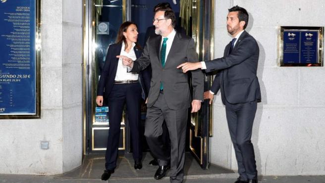Mariano Rajoy saliendo del restaurante durante el debate de la moción de censura.