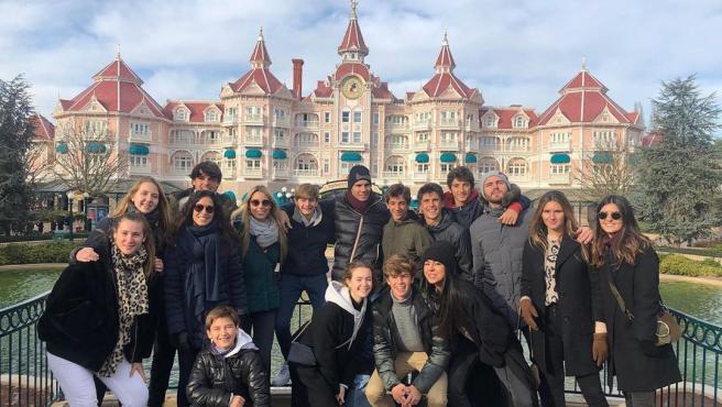 Rafa Nadal y Mery Perelló, con familiares y amigos en Disneyland París.