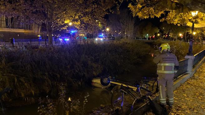 Un hombre cae con su coche al Canal.