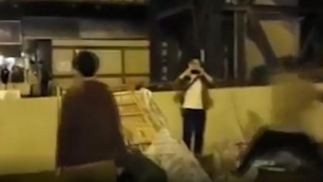Un manifestante noqueó este domingo con una tapa de alcantarilla a un hombre de 53 años durante las protestas en Hong Kong, y lo dejó inconsciente durante unos instantes.