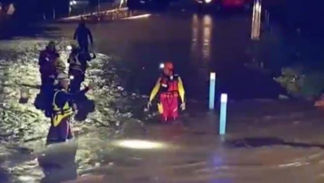 Las fuertes lluvias e inundaciones que han afectado en las últimas horas al sureste de Francia han dejado cinco muertos. Las dos primeras víctimas son dos hombres que fueron arrastradas por el agua cuando salieron a ver cómo se encontraban sus animales en Var. Las otras tres son miembros de los equipos de rescate que fallecieron cuando se estrelló el helicóptero en el que viajaban.