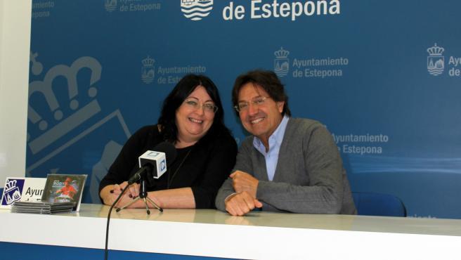 A concejala adscrita al área de Cultura, Macarena Diánez, y Rody Aragón en una rueda de prensa en Estepona