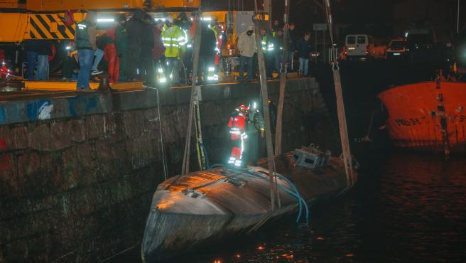 Agentes de la Policía y de la Guardia Civil subidos en el narcosubmarino hundido el pasado fin de semana a la entrada de la ría de Aldán, en Cangas (Pontevedra)