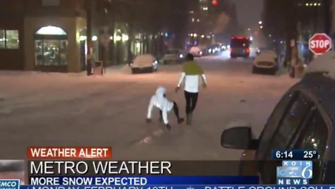 Una joven resbala al correr sobre la nieve en Kentuky, EE UU.