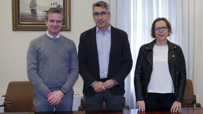 El diputado de Cultura, Víctor González, el alcalde de Benalmádena, Víctor Navas, y la concejala de Cultura, Elena Galán, en rueda de prensa