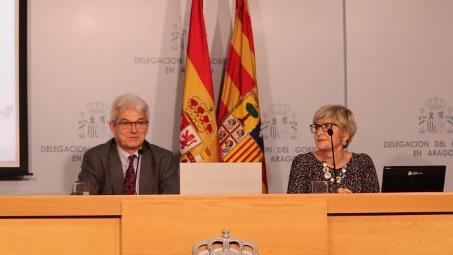 El subdelegado del Gobierno en Zaragoza, José Abadía, y la directoral provincial de la Tesorería de la Seguridad Social, María Dolores Rico.