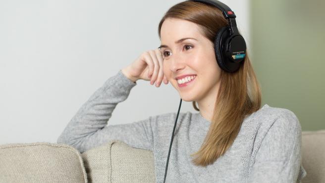 Es un consejo básico, lo mejor para poder concentrarse es abstraerse de todo lo que nos rodea. Así, es muy importante desterrar todos los elementos que puedan llevar a la distracción. En este sentido, escuchar música relajante puede ayudar a una mayor concentración.