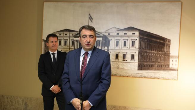 Los portavoces del PNV en el Senado y el Congreso, Jokin Bildarratz(i) y Aitor Esteban (d) ofrecen declaraciones en la Sala Constitucional del Congreso
