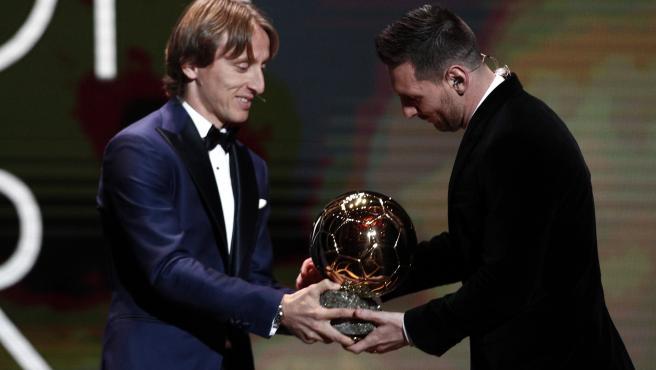 Luka Modric entregó el Balón de Oro a Messi, como ganador de 2019.