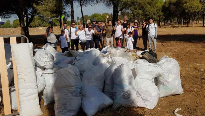 Voluntarios de la organización tras un día de limpieza
