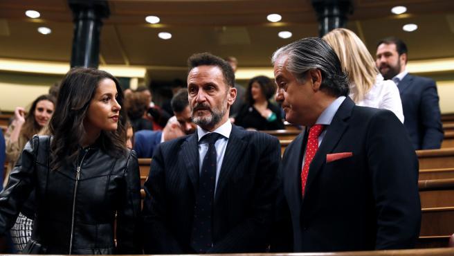 Los diputados Ciudadanos Inés Arrimadas, Edmundo Bal (c) y Marcos de Quinto antes del inicio de la sesión constitutiva de la Cámara Baja
