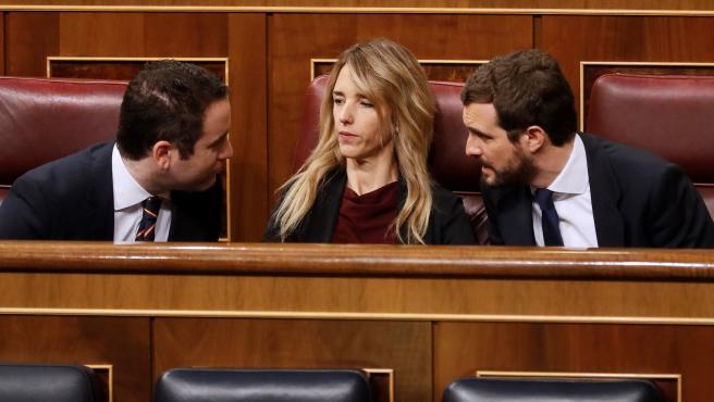 El líder del Partido Popular, Pablo Casado (d) conversa con la portavoz de su partido en el Congreso, Cayetana Álvarez de Toledo (c) y el secretario general del PP, Teodoro García Egea (i) en el hemiciclo.