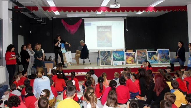 El Ayuntamiento celebra el Día de las Personas con Discapacidad con un encuentro entre escolares y el artista que pinta con los pies Krzysztof Kosowski