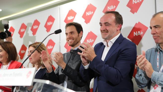El cabeza de lista de Navarra Suma al Congreso por Navarra, Sergio Sayas (3i, UPN); el presidente de UPN, Javier Esparza (en el atril), y el número dos de Navarra Suma al Congreso por Navarra, Carlos García Adanero (1d, UPN)