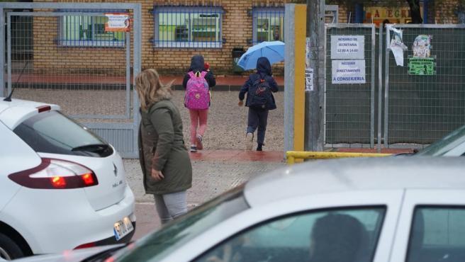 Escolares accediendo esta mañana al colegio de Pozo Estrecho