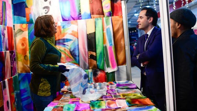 El vicepresidente de la Comunidad de Madrid, Ignacio Aguado, en uno de los puestos de la Feria Mercado de Artesanía de Madrid