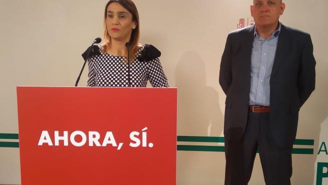 La secretaria de Política Municipal del PSOE de Granada, Olga Manzano, junto al parlamentario andaluz Gerardo Sánchez