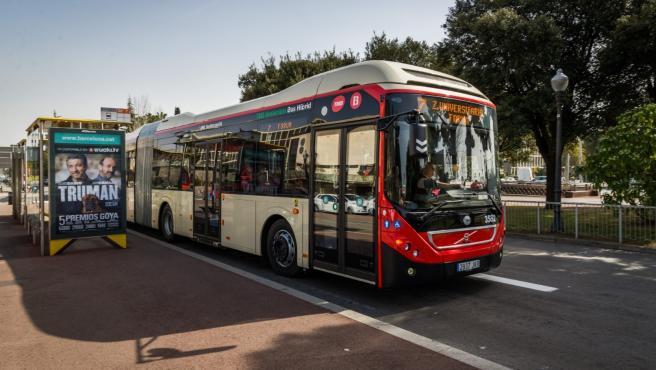 Un autobús de TMB circula por Barcelona