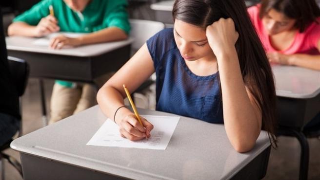 Una alumna fent un examen