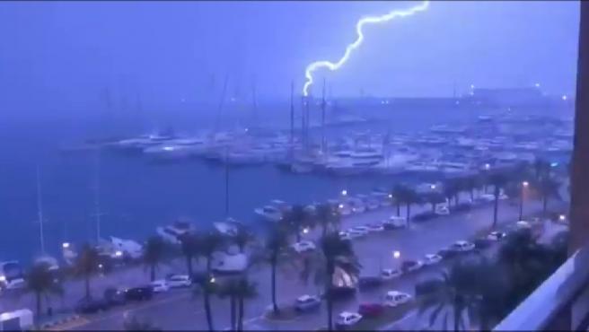 Una espectacular tormenta eléctrica ha dejado este miércoles imágenes de ciencia ficción en Mallorca, cuyo cielo han surcado más de 8.000 rayos. A los relámpagos que han iluminado la noche en la isla, los han seguido fuertes lluvias que han provocado el desbordamiento de seis torrentes en distintas localidades.