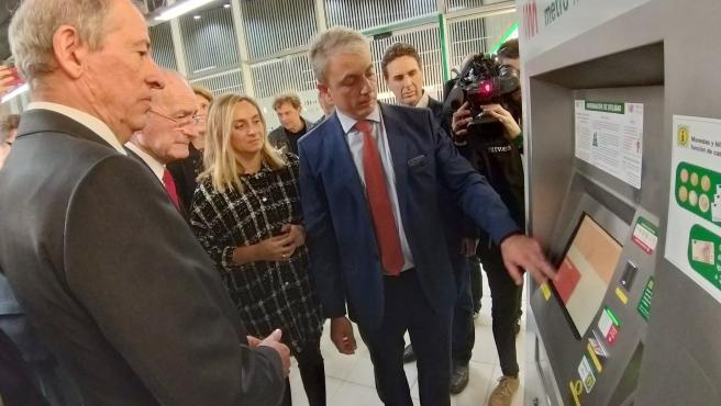 Carazo y De la Torre junto con una delegación de la ONCE visitan el metro de Málaga