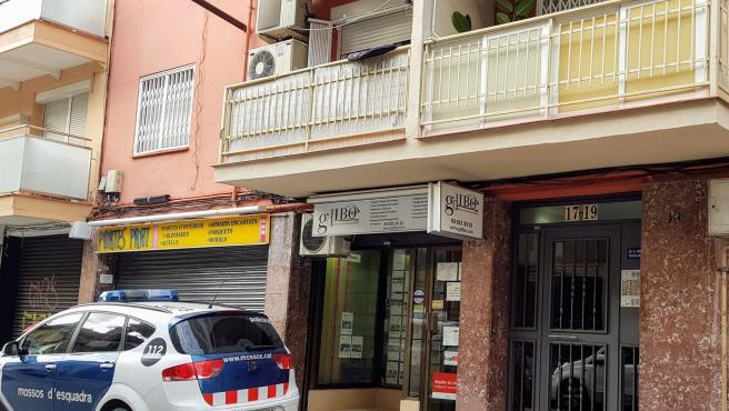 Un coche de Mossos d'Esquadra ante el edificio de El Prat de Llobregat (Barcelona) donde una mujer ha sido asesinada presuntamente por su pareja.