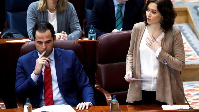 """La presidenta de la Comunidad de Madrid, Isabel Díaz Ayuso, ha reprochado a Vox poner """"en tela de juicio si pesa más o menos un acto incívico según el origen de la persona que lo comete"""", en relación a los menores extranjeros no acompañados, y ha preguntado """"dónde queda la moral cristiana"""" de este partido."""