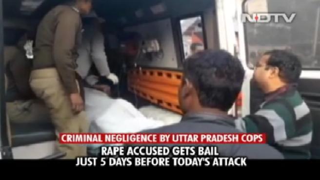 Captura de pantalla del momento en el que trasladan a la víctima de violación quemada cuando iba a testificar en la India.
