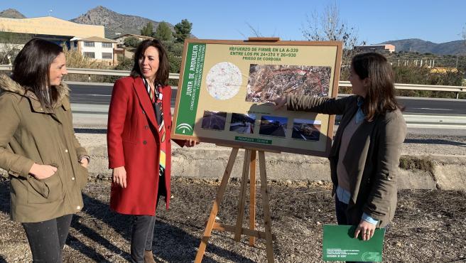 Casanueva (dcha.) presenta el proyecto de las obras de mejora de la carretera A-339