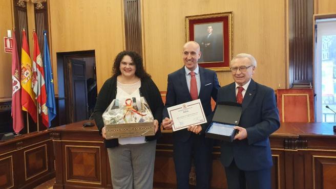 El alcalde de León (C) entre Laura Fernández y el presidente de los donantes de sangre.