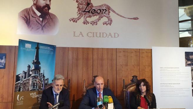 El alcalde de León, José Antonio Diez, junto a la directora del Museo Botines Gaudí, Noemí Martínez, y el representante de FUNDOS, Miguel Ángel Álvarez.