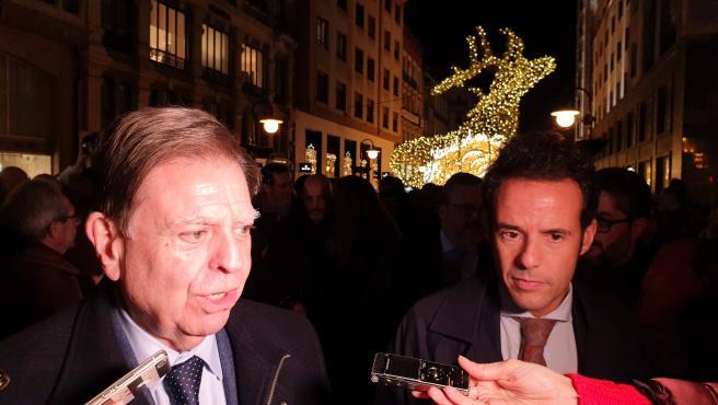 El alcalde y el teniente de alcalde de Oviedo, Alfredo Canteli (PP) e Ignacio Cuesta (Cs), ponen en marcha el encendido navideño