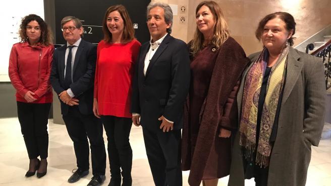 El responsable del programa internacional de Clima i Energia de WWF, Manuel Pulgar, y la presidenta del Govern, Francina Armengol, en el Caixaforum de Palma