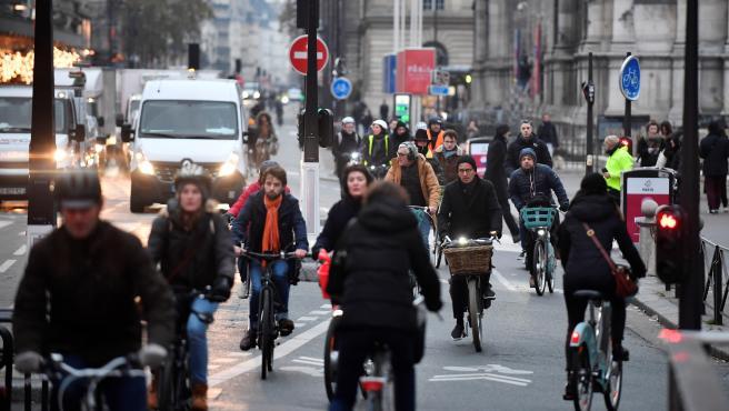 Ciclistas circulan por las calles de París durante la jornada de huelga general del 5 de diciembre de 2019.