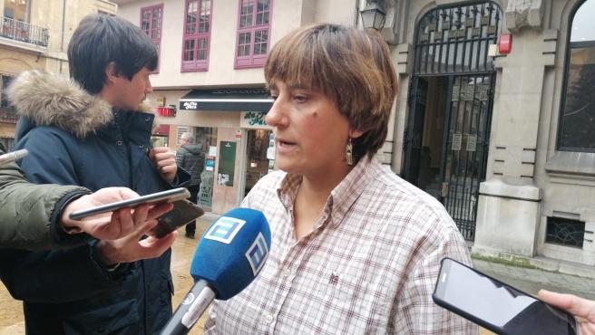 La concejala del PSOE en el Ayuntamiento de Oviedo Ana Rivas, atiende a los medios de comunicación en la Plaza de la Constitución.